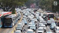 Kendaraan terjebak kemacetan di kawasan Senayan, Jakarta, Sabtu (25/8). Diberlakukannya rekayasa lalu lintas serta tingginya antusias warga menonton Asian Games 2018 menyebabkan sekitar Senayan mengalami kemacetan. (Liputan6.com/Immanuel Antonius)