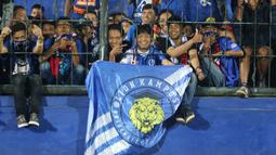 Aremania merayakan gelar juara Piala Presiden 2019 usai menaklukkan Persebaya Surabaya di Stadion Kanjuruhan, Jumat (13/4). Arema FC menang 2-0 atas Persebaya. (Bola.com/Aditya Wicaksana Wanyprahara)