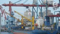 Aktivitas bongkar muat peti kemas  di Pelabuhan Tanjung Priok, Jakarta, Jumat (4/12/2020). Perbaikan kinerja ekspor dari Kuartal II sebesar minus 11,7 persen menjadi minus 10,8 persen di Kuartal III dan kuartal IV menjdi pijakan untuk perbaikan ditahun 2021. (merdeka.com/Imam Buhori)