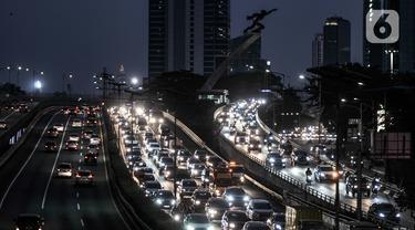 Kepadatan arus lalu-lintas saat pemberlakuan Ganjil Genap di Jalan MT Haryono, Jakarta, Senin (3/8/2020). Kemacetan arus kendaraan tetap mengular di jalan utama Ibu Kota pada jam sibuk meski sistem Ganjil Genap kembali diberlakukan hari ini. (merdeka.com/Iqbal S. Nugroho)