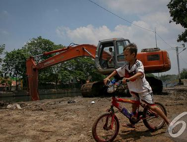 Bocah Ini Nekat Main Sepeda di Pinggir Kali