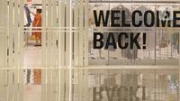 Pengunjung melihat-lihat pakaian di gerai Mall Senayan City, Jakarta, Senin (15/6/2020). Pusat perbelanjaan atau mal di Jakarta kembali dibuka pada Senin (15/6) di masa PSBB transisi. (Liputan6.com/Herman Zakharia)