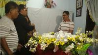 Jenazah petugas ATC Air Nav di Makassar tiba di rumah duka disambut tangis keluarga. (Liputan6.com/Fauzan)