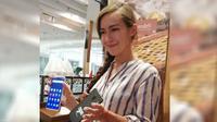 Marketing Global Meizu, Nika Muraveva memegang Meizu 16th. Liputan6.com/Andina Librianty