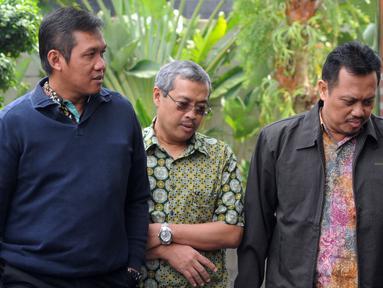 Direktur Bisnis PLN Regional Sumatera, Wiluyo Kusdwiharto (kiri) dan Kepala Divisi Batubara PLN Harlen (kanan) tiba di Gedung KPK, Jakarta, Jumat (14/9). Keduanya diperiksa sebagai saksi untuk tersangka Eni Maulani Saragih. (Merdeka.com/Dwi Narwoko)