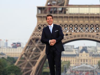 Aktor ganteng, Tom Cruise berpose setibanya di World premiere film terbarunya, Mission: Impossible Fallout di Paris, Kamis (12/7). Mission: Impossible 6 tersebut merupakan sekuel salah satu film yang paling dinantikan tahun ini. (AP/Thibault Camus)