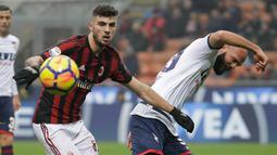 Penyerang AC Milan, Patrick Cutrone berebut bola dengan pemain Crotone, Arlind Ajeti saat bertanding pada lanjutan Liga Serie A Italia di San Siro, Milan (6/1). Milan menang tipis 1-0 atas Crotone. (AP Photo/Luca Bruno)