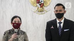 Ketua DPR Puan Maharani (kiri) menyampaikan sambutan saat menerima kunjungan Ketua Umum Partai Demokrat Agus Harimurti Yudhoyono di Gedung DPR RI, Jakarta, Kamis (6/8/2020). Pertemuan membahas krisis COVID-19 sektor ekonomi dan kesehatan hingga koalisi Pilkada 2020. (Liputan6.com/Johan Tallo)