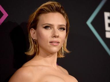 Aktris Scarlett Johansson berpose saat menghadiri People's Choice Awards 2018 di Barker Hangar di Santa Monica, California (11/11). Scarlett Johansson tampil seksi dengan mengekspose bahu serta bagian dadanya. (AFP Photo/Getty Images/Matt Winkelmeyer)