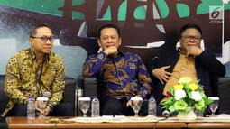 Ketua MPR Zulkifli Hasan, Ketua DPR Bambang Soesatyo dan Ketua DPD Oesman Sapta Odang saat menjadi pembicara dalam Refleksi Akhir Tahun dan Tahun Politik 2019 di Jakarta, Selasa (18/12). (Liputan6.com/Johan Tallo)