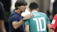 Penampilan buruk pemain berusia 29 tahun itu juga dituding sebagai penyebab tersingkirnya timnas Jerman di penyisihan grup Piala Dunia 2018. (AP/Lee Jin-man)