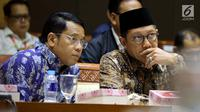 Menteri Agama Lukman Hakim Saifuddin (kanan) saat mengikuti rapat kerja bersama Komisi VIII DPR di Jakarta, Rabu (24/10). Rapat membahas penyesuaian RKA K/L Tahun 2019 suai hasil pembahasan dari Badan Anggaran DPR. (Liputan6.com/JohanTallo)
