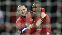 Dua pemain Manchester United Wayne Rooney dan Anthony Martial merayakan gol ke gawang West Ham United pada perempat final Piala Liga Inggris di Old Trafford, Rabu (30/11/2016). (AFP/Oli Scarff)