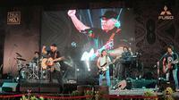 Iwan Fals tampil menghibur di acara Perayaan Rekor Satu Juta Colt Diesel di Surabaya. (Dhimas/Liputan6.com)