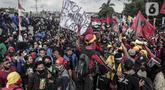 Mahasiswa dan elemen buruh melakukan aksi di depan Gedung DPR/MPR/DPD, Jakarta, Kamis (16/7/2020). Dalam aksinya, mereka menolak pengesahan RUU Cipta Kerja atau Omnibus Law yang saat ini sedang dibahas DPR bersama pemerintah. (Liputan6.com/Johan Tallo)
