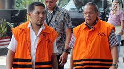 Dua tersangka Bupati Bener Meriah nonaktif Ahmadi (kiri) dan Kadis PUPR Lampung Selatan Anjas Asmara (kanan) berjalan bersama saat menjalani pemeriksaan di gedung KPK, Jakarta, Jumat (10/8).(merdeka.com/dwi narwoko)