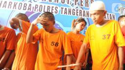 Tersangka WNA asal Thailand Chencira Aehitanon bersama empat lainnya dihadirkan saat rilis kasus penyelundupan sabu dalam kelamin di Mapolres Tangerang Selatan, Banten, Kamis (31/10/2019). Wanita 21 tahun tersebut bersama komplotannya ditangkap di Kamar 605 Hotel Jakarta. (merdeka.com/Arie Basuki)