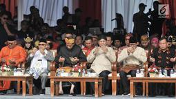 Pasangan capres dan cawapres Joko Widodo-Ma'ruf Amin dan Prabowo Subianto-Sandiaga Uno memanjatkan doa saat Deklarasi Kampanye Damai di Monas, Jakarta, Minggu (23/9). (Merdeka.com/Iqbal Nugroho)