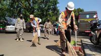 Warga mendapatkan sanksi akibat melanggar PBSS di Kota Bogor. (Liputan6.com/Achmad Sudarno)
