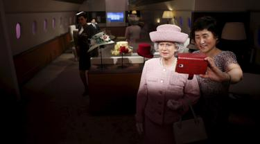 Seorang wanita berselfie dengan patung lilin Ratu Inggris Elizabeth II di Grevin Wax Museum, Korea Selatan, Kamis (30/7/2015). Museum lilin asal Perancis ini telah membuka cabang pertamanya di Asia. (REUTERS/Kim Hong-Ji)