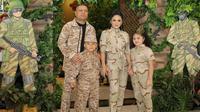Keluarga Krisdayanti dan Raul Lemos kompak kenakan outfit ala tentara. (dok. Instagram @krisdayantilemos/https://www.instagram.com/p/Brah5ePAxUl/Asnida Riani)
