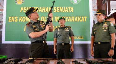 Panglima Kodam Iskandar Muda Mayjen TNI Teguh Arief Indratmoko memeriksa senjata bekas konflik di Banda Aceh, Aceh, Rabu (15/5/2019). Kodam Iskandar Muda menerima sembilan pucuk senjata laras panjang, tiga pistol, empat granat, lima magasin dan sejumlah amunisi bekas konflik Aceh. (CHAIDEER MAHYUDDI