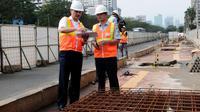 Rabu (28/5/2014), Direktur konstruksi MRT, M Nasyir (kiri) bersama Kepala bidang   Manajemen & Rekayasa Lalin Dinas Perhubungan Pemprov DKI Jakarta, Massdes Arouffy meninjau proyek MRT di Kawasan Sudirman. (Liputan6.com/Andrian M Tunay)