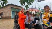 Tim SAR gabungan mengevakuasi ratusan warga korban banjir di Kabupaten Indramayu, Jawa Barat, Senin (8/2/2021). (Foto: Dok. Basarnas)