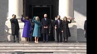 Joe Biden dan Kamala Harris yang didampingi oleh pasangan masing-masing sebelum memasuki Gedung Capitol Hill, AS. (Siaran langsung VOA)