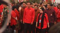 Presiden Jokowi didampingi Ketum PDIP Megawati Soekarnoputri saat menghadiri Rakornas Tiga Pilar PDI Perjuangan di ICE BSD, Tangerang Selatan, Sabtu (16/12).(Www.sulawesita.com)