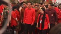 Presiden Jokowi didampingi Ketum PDIP Megawati Soekarnoputri saat menghadiri Rakornas Tiga Pilar PDI Perjuangan di ICE BSD, Tangerang Selatan, Sabtu (16/12). (Liputan6.com/Angga Yuniar)