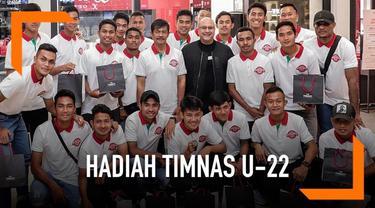 Timnas U-22 dan pelatih Indra Sjafri mendapat hadiah jam tangan dari Irwan Mussry, suami Maia Estianty. Ini merupakan bentuk apresiasi karena Timnas U-22 menjuarai Piala AFF U-22 2019.