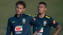 Striker Brasil, Neymar bersama Gabriel Jesus, mendengar arahan pelatih saat latihan di Granja Comary, Rio de Janeiro, Selasa (22/5/2018). Latihan ini merupakan persiapan jelang Piala Dunia 2018. (AFP/Mauro Pimentel)
