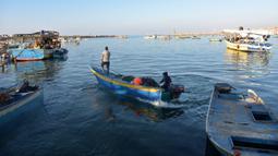 Sejumlah nelayan pergi menangkap ikan menggunakan perahu mereka di sebuah pelabuhan di Gaza, Palestina, Rabu (5/2/2020). Tentara Israel memutuskan untuk mengurangi zona penangkapan ikan yang diizinkan di lepas pantai Jalur Gaza dari 15 menjadi 10 mil laut. (Xinhua/Rizek Abdeljawad)