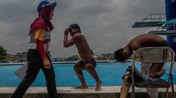 Foto Olahraga Terbaik - Para atlet difabel bersiap mengikuti lomba cabang renang pada Peparnas 2016 di Kolam Renang UPI, Bandung, Jumat (21/10/2106). (Bola.com/Vitalis Yogi Trisna)