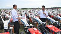 Presiden Joko Widodo (kiri) berbincang dengan Mentan Amran Sulaiman (kanan) di Subang, Jabar, Jumat (26/12). 1.099 unit traktor tangan diserahkan kepada 19 kelompok tani dan sembilan perwakilan kelompok. (ANTARA FOTO/Agus Suparto)