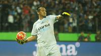 Kiper ketiga Arema Crronus, Achmad Kurniawan mendapatkan pujian dari Milomir Seslija setelah tampil apik melawan Persija Jakarta. (Bola.com/Iwan Setiawan)