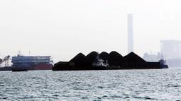 Kapal tongkang pengangkut batu bara lepas jangkar di Perairan Bojonegara, Serang, Banten, Kamis (21/10/2021). Ekspor batu bara menjadi penyumbang terbesar dengan kontribusi mencapai 70,33 persen dan kenaikan hingga 168,89 persen. (Liputan6.com/Angga Yuniar)