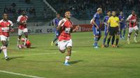 Striker Persipura Jayapura, Titus Bonai, merayakan gol yang dicetaknya ke gawang PSIS Semarang dalam laga pekan ke-13 Shopee Liga 1 2019. (Bola.com/Vincentius Atmaja)