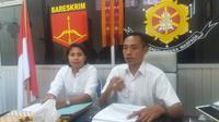 Kasat Reskrim Polres Kupang Kota, Iptu Bobby Mooynafi didampingi Kanit PPA Bripka Brigita Usfinit. (Liputan6.com/ Ola Keda)