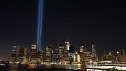 Instalasi seni 'Tribute in Light' hiasi langit Manhattan di lokasi kejadian 9/11 Kota New York, Minggu (10/9). Pembajak menabrakan dua pesawat jet penumpang ke menara World Trade Center pada jam sibuk Kota New York. (AP Photo/Mark Lennihan)