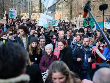Aktivis Swedia, Greta Thunberg (tengah) mengikuti unjuk rasa pelajar Belgia terkait masalah perubahan iklim di kantor Uni Eropa, Brussels, Belgia, Kamis (21/2). Thunberg memimpin pawai ribuan pelajar menuju kantor Uni Eropa. (Liputan6.com/HO/Arie Asona)