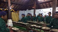 Musik Gamelan Gong Sekati di Bangsal Sekaten Keraton Kanoman, menyambut perayaan Maulid Nabi Muhammad SAW di Cirebon. (Liputan6.com/Panji Prayitno)