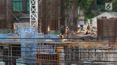 Pekerja membangun konstruksi bangunan bertingkat di Jakarta, Jumat (18/1). Dirjen Perdagangan Luar Negeri Kemendag Oke Nurwan mengatakan pemerintah akan membatasi baja impor yang masuk ke Indonesia. (Liputan6.com/Immanuel Antonius)
