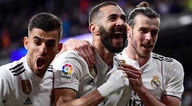 Striker Real Madrid, Karim Benzema, merayakan gol yang dicetaknya ke gawang Huesca pada laga La Liga Spanyol di Stadion Santiago Bernabeu, Madrid, Minggu (31/3). Madrid menang 3-2 atas Huesca. (AFP/Javier Soriano)