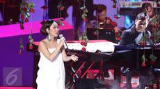 """Penampilan Penyanyi Bunga Citra Lestari berkolaborasi dengan musisi Yovie Widianto saat konser """"Beranda Cinta Yovie & His Friends"""", di Studio 6 Emtek City, Jakarta, Rabu (3/5). (Liputan6.com/Herman Zakharia)"""