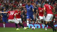 Striker Chelsea, Olivier Giroud (tengah) menggiring bola dari kawalan pemain Manchester United pada pertandingan Liga Inggris di Old Trafford (11/8/2019). MU menang telak 4-0 atas Chelsea. (AP Photo/Dave Thompson)