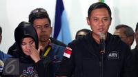 Calon Gubernur Agus Harimurti Yudhoyono didampingi istrinya saat melakukan konferensi pers di Posko Kemenangan AHY-Sylvi di Wisma Proklamasi, Jakarta, Rabu (15/2). (Liputan6.com/Johan Tallo)