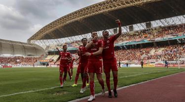 Para pemain Persija Jakarta merayakan gol yang dicetak Marko Simic ke gawang Sriwijaya FC pada laga Liga 1 di Stadion Wibawa Mukti, Jawa Barat, Sabtu (24/11). Persija menang 3-2 atas Sriwijaya. (Bola.com/Yoppy Renato)