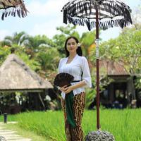 Gaya pakaian Aura Kasih. (dok. Instagram @aurakasih/https://www.instagram.com/p/BpTelXXnK_E/Asnida Riani)